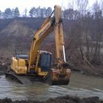 Почистват коритото на река Росица