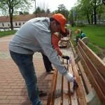 """Кметът на Севлиево боядиса пейките в парка """"Казармите"""""""