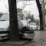 Млад шофьор нацели дърво след неуспешен завой. Четирима ранени