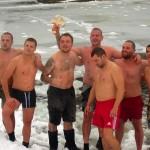 Осмина разбиха ледовете на река Дряновска и извадиха кръста