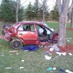 След запой пиян с кола се размаза в дърво, спътничката му бере душа