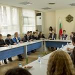 Областният и ученици в дискусия за оставане на младите в региона