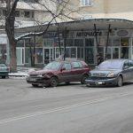 Две коли се удариха на кръстовището на Козирката (снимки)