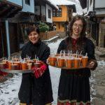 """На Андреевден посетители и майстори ядоха варена царевица, приготвена от екипа на ЕМО """"Етър"""""""