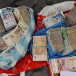 Богат дядо хвърли близо 20 бона и злато за ареста на измамници