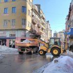 Уширяват и извозват снежните маси от натоварени пътища и паркинги
