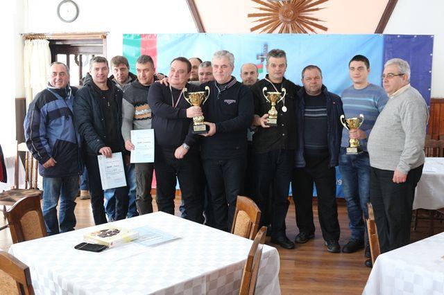 Отборът на ОДМВР-Габрово по шахмат - Станьо Иванов и Емил Петков - трети и четвърти от дясно наляво.