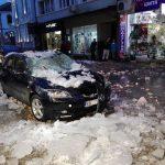 Леден блок от покрива на сграда падна върху кола в Габрово! (снимки)