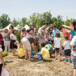 Деца творят в цветове на трибагреника за ин витро бебе
