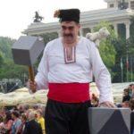Рачо Ковача и Етърската му невеста посрещат гости на карнавала