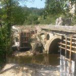 Монтират греди за нов мост над река Паничарка. Старият е от 1880 г.