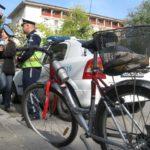 """Велосипедист се """"набоде"""" в кола, спряла на пешеходна"""