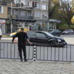 Две коли се удариха тежко на светофара до автогарата (снимки)