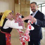 Подариха най-дългата мартеница на кмета на Севлиево