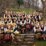 """32 момичета представиха обичая лазаруване в ЕМО """"Етър"""" (снимки)"""