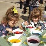 Традиционно боядисване на яйца за децата на Габрово