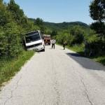 Автобус с деца излезе от пътя и заседна в крайпътна канавка